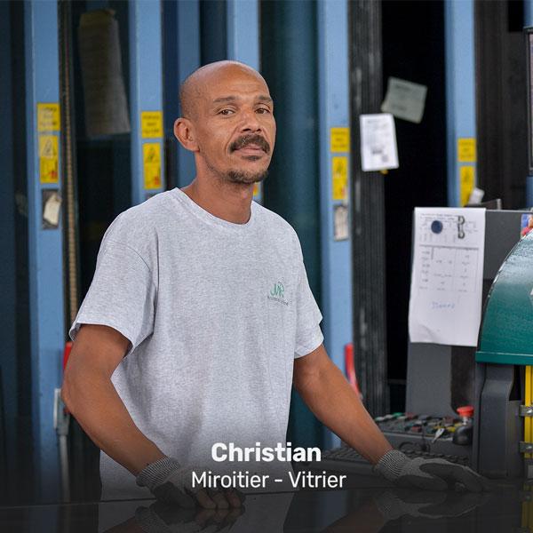 Christian miroitier vitrier à la Miroiterie du Rhône