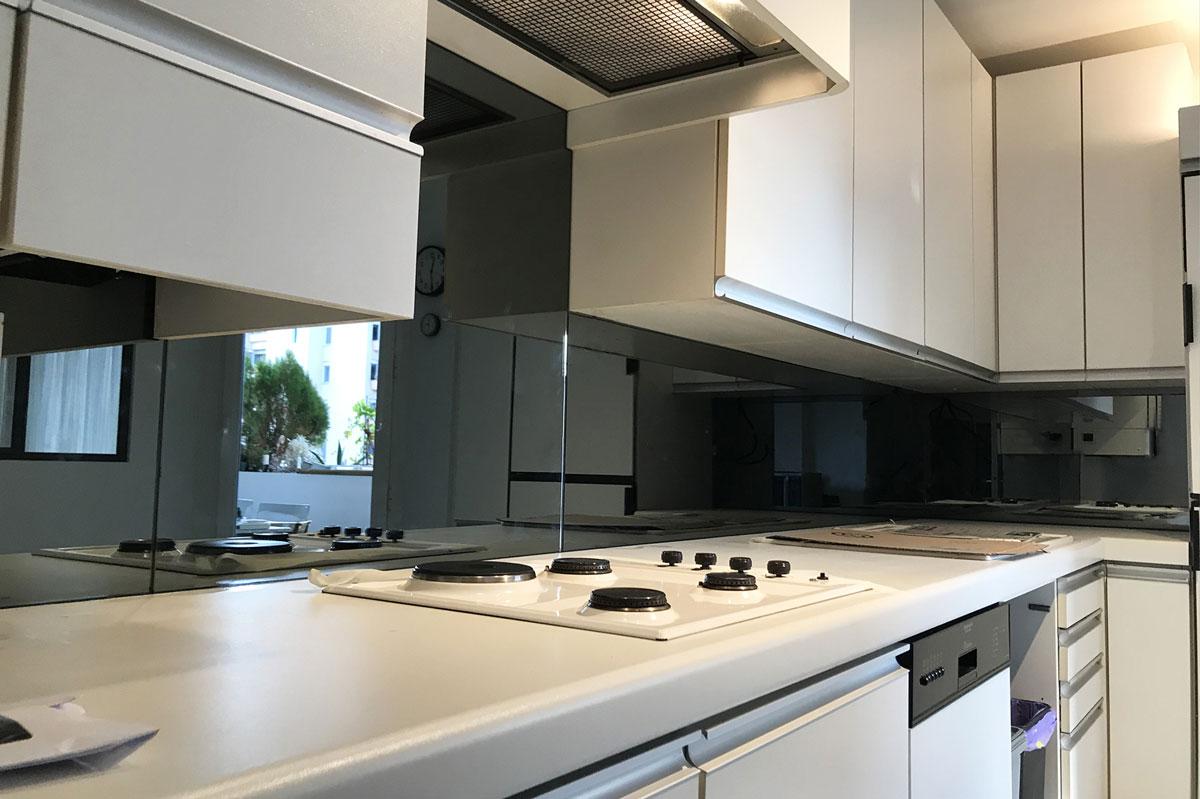 Agencement crédence miroir dans un espace cuisine par la Miroiterie du Rhône
