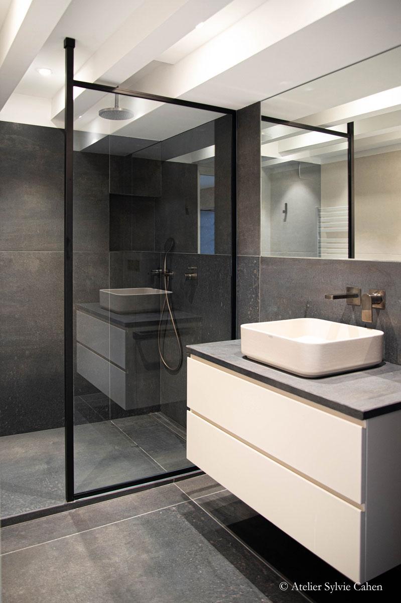 Pare-douche sur-mesure pour l'agencement d'une salle de bain par la Miroiterie du Rhône