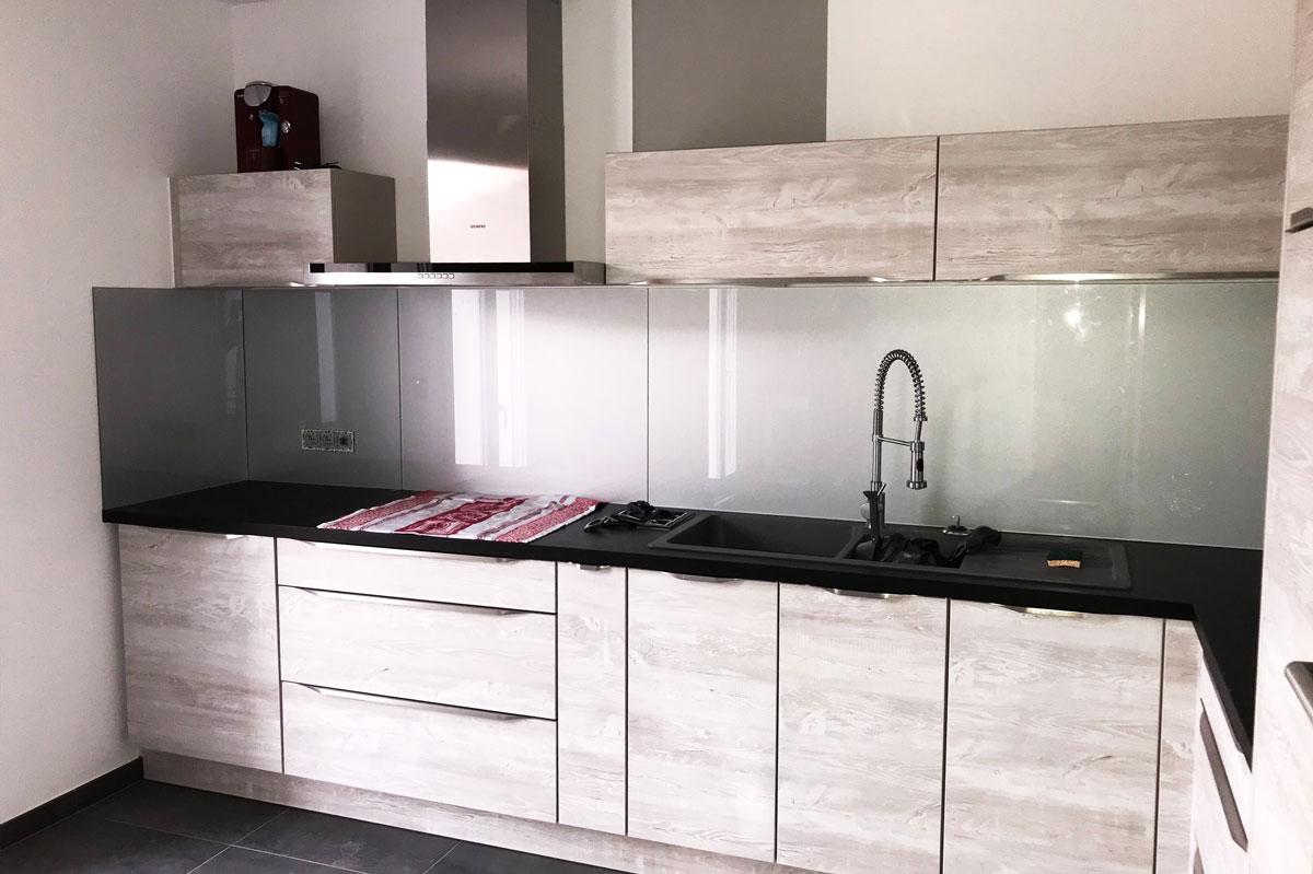 Crédence en verre finition laqué dans une cuisine en bois par la Miroiterie du Rhône