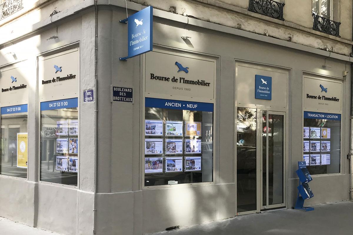 Enseigne de magasin en verre par la Miroiterie du Rhône