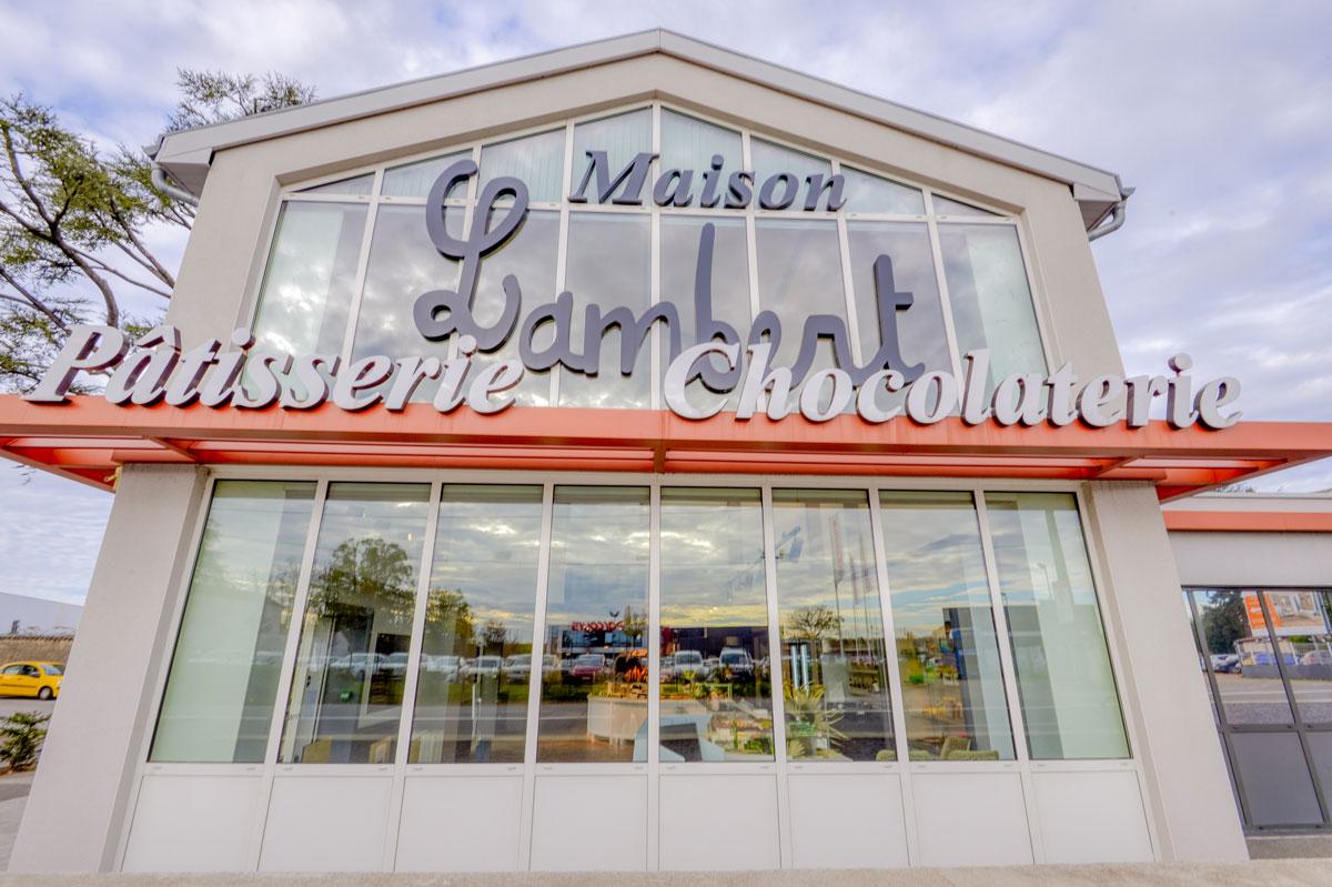 Habillage de façade de commerce en verre feuilleté par la Miroiterie du Rhône imaginé par l'architecte Richard Bagur