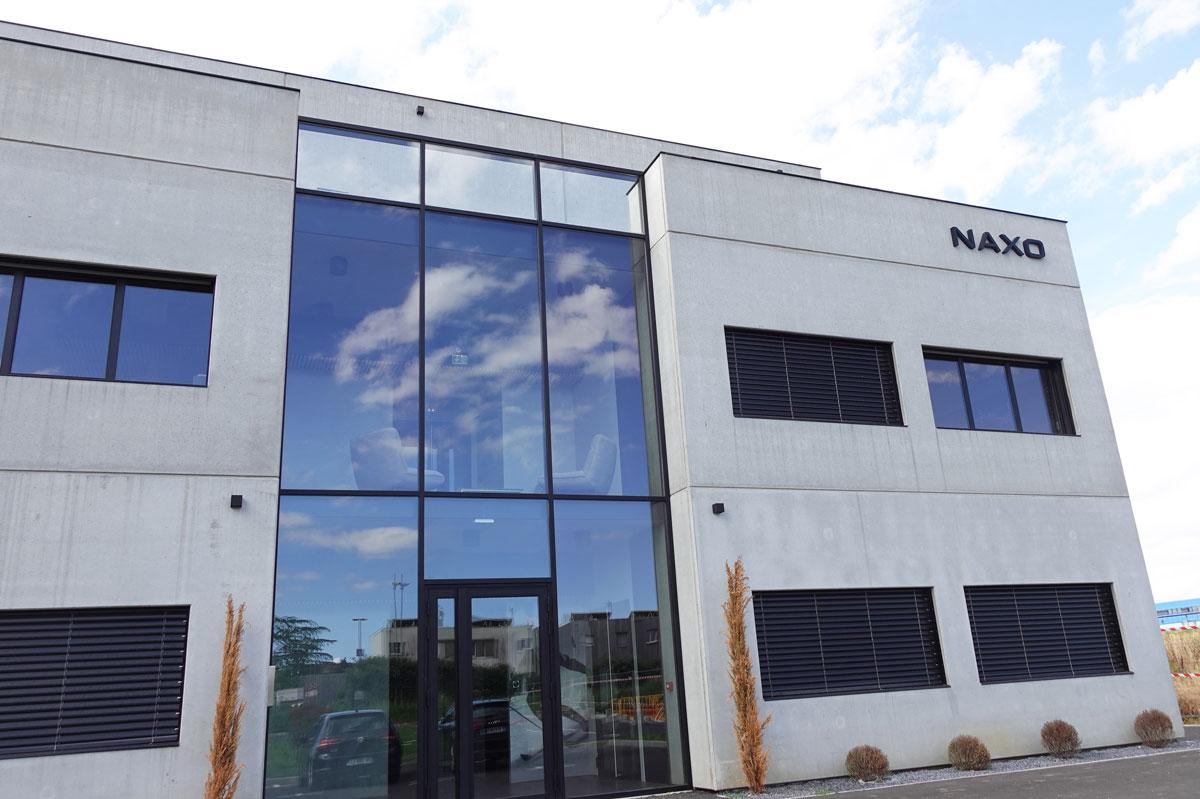Habillage façade mur rideau sur-mesure en verre pour l'entreprise Naxo par la Miroiterie du Rhône