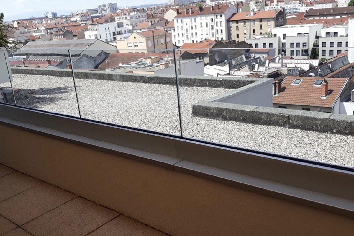 Garde-corps en verre pour un balcon par la Miroiterie du Rhône
