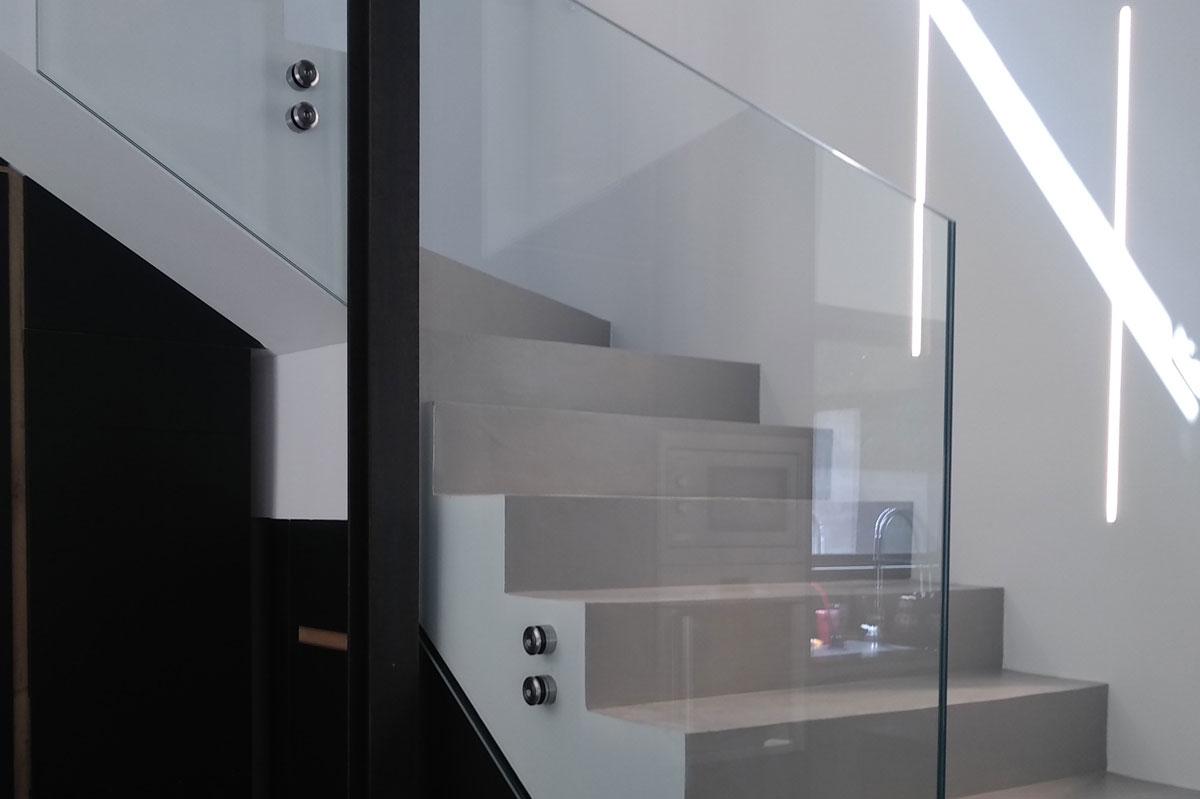 Garde-corps escalier en verre par la Miroiterie du Rhône pour un projet résidentiel