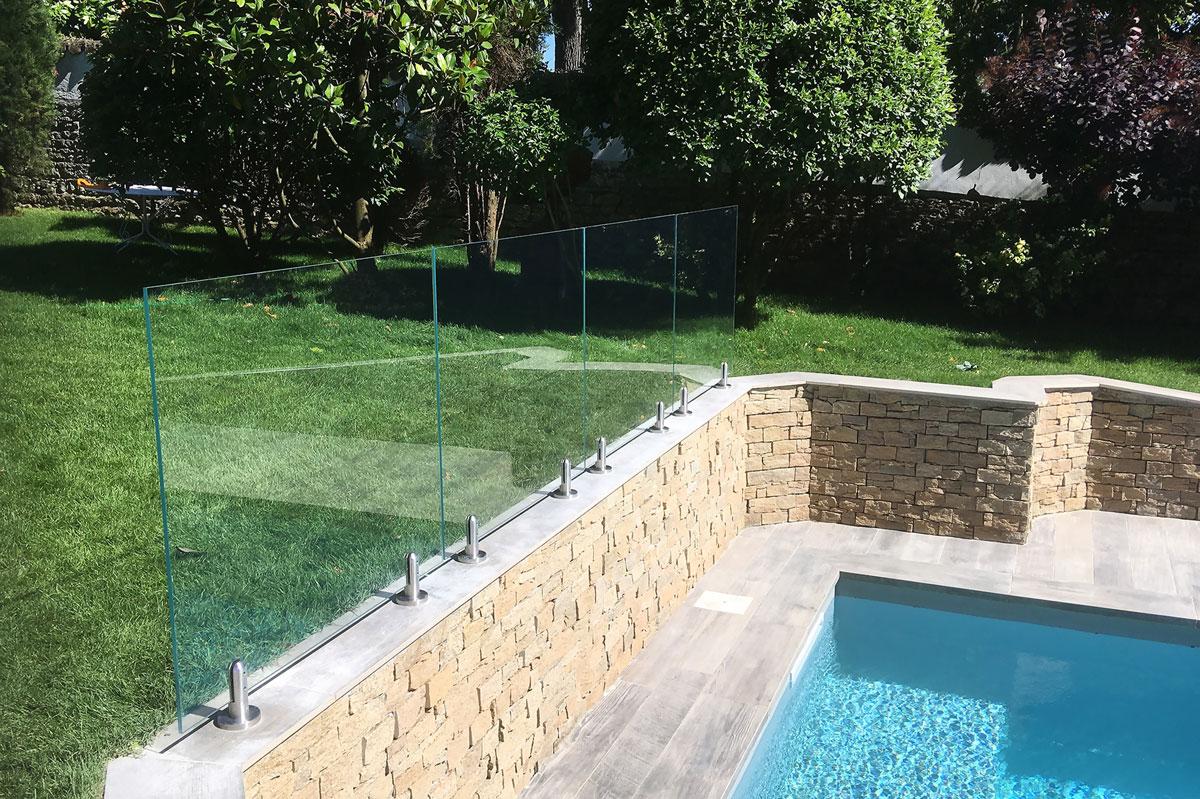 Garde-corps en verre pour piscine par la Miroiterie du Rhône