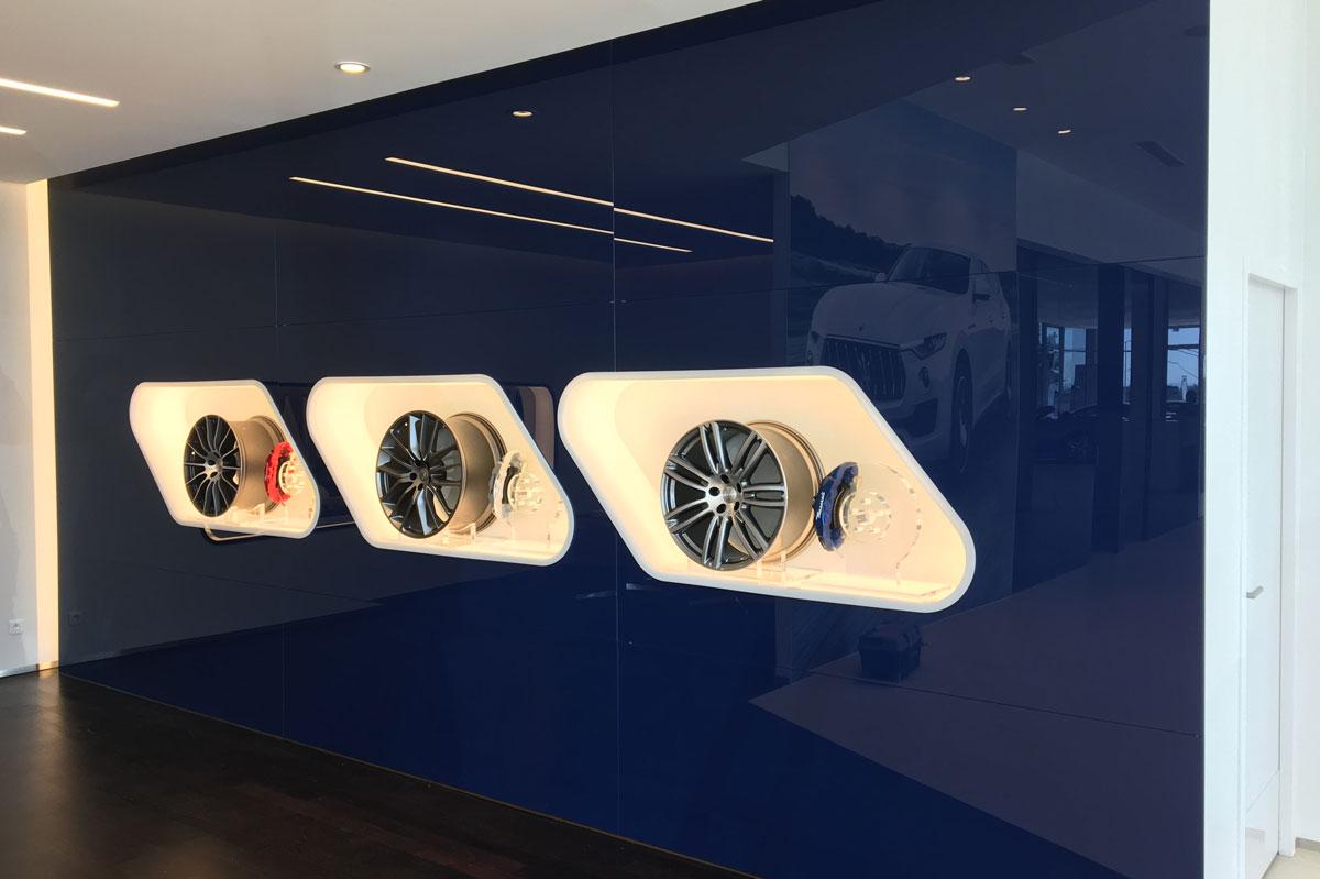 Habillage mural en verre laqué dans un showroom Maserati par la Miroiterie du Rhône