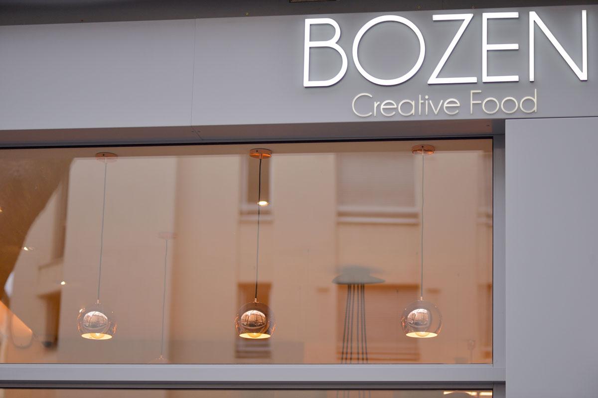 Habillage façade pour la vitrine extérieure du restaurant Bozen par la Miroiterie du Rhône