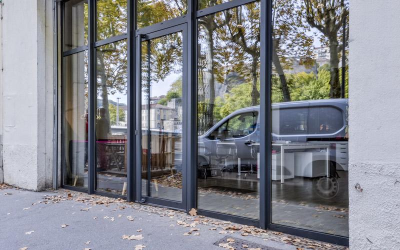 Châssis vitrine en menuiserie aluminium par la Miroiterie du Rhône