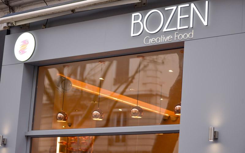 Vitrine en menuiserie aluminium pour le restaurant Bozen par la Miroiterie du Rhône