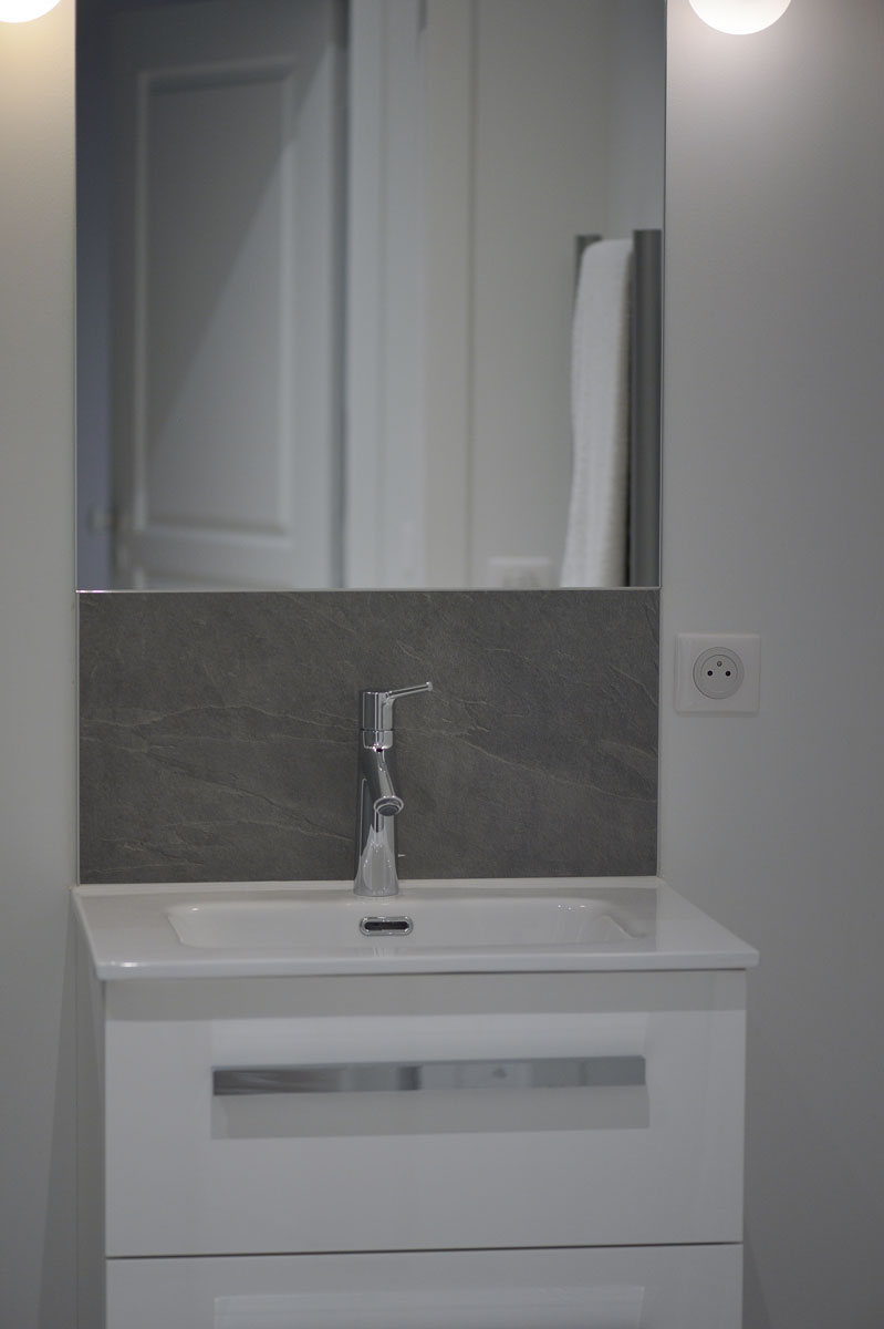 Décoration d'une salle de bain avec miroir par la Miroiterie du Rhône