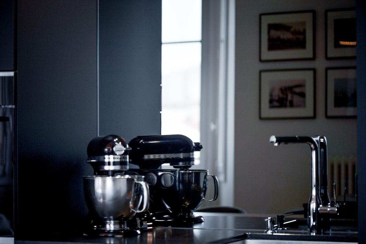 Crédence miroir dans un agencement de cuisine par la Miroiterie du Rhône