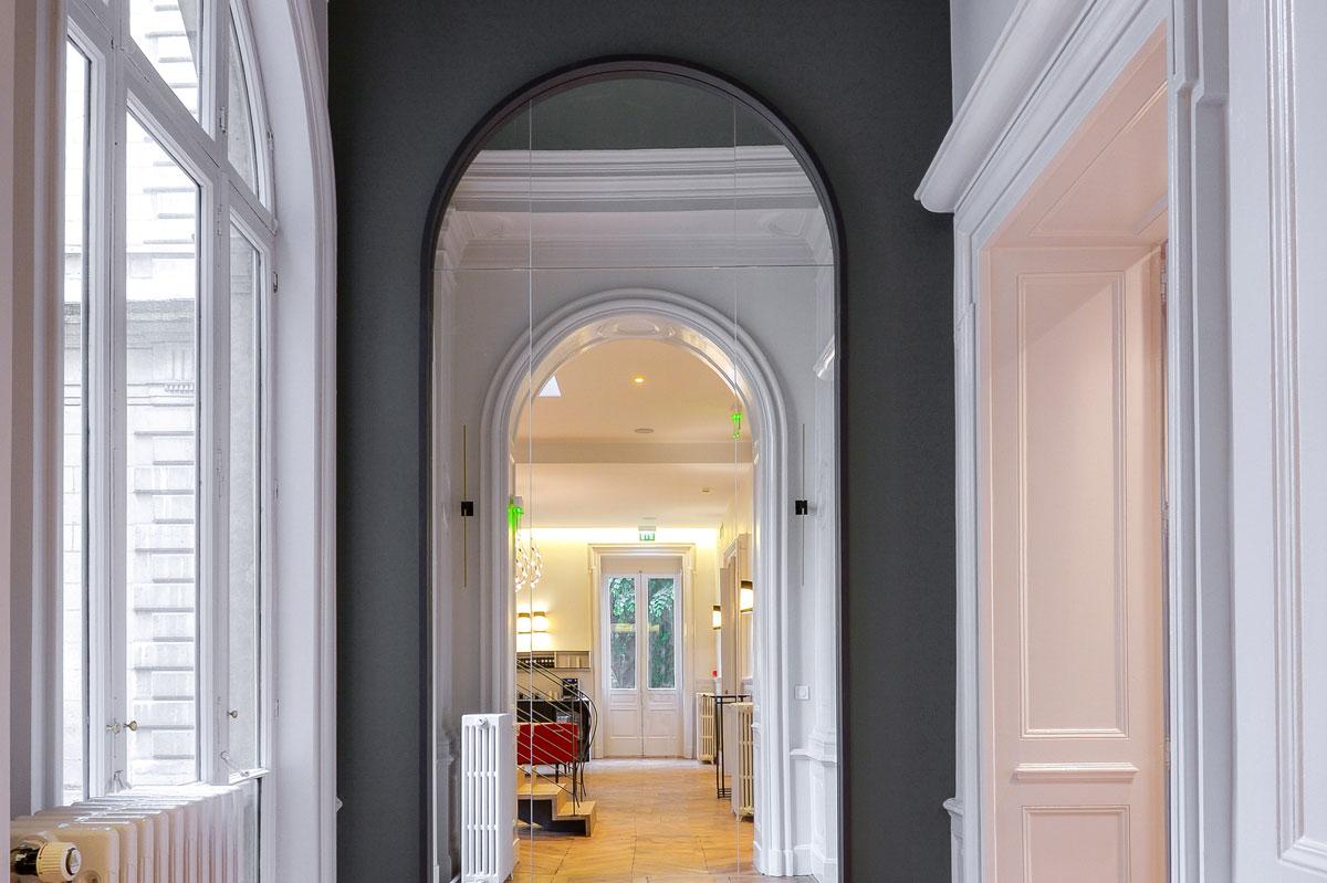 Miroir sur-mesure avec découpe en arc pour l'agencement du club Le Prisme par la Miroiterie du Rhône