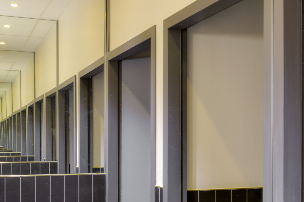 Miroirs sur-mesure pour des sanitaires par la Miroiterie du Rhône