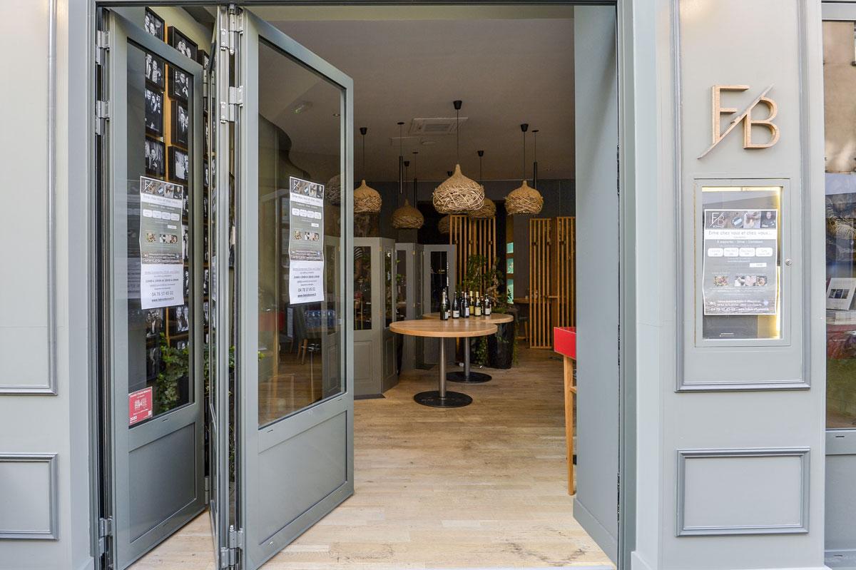 Porte de restaurant coulissante par la Miroiterie du Rhône