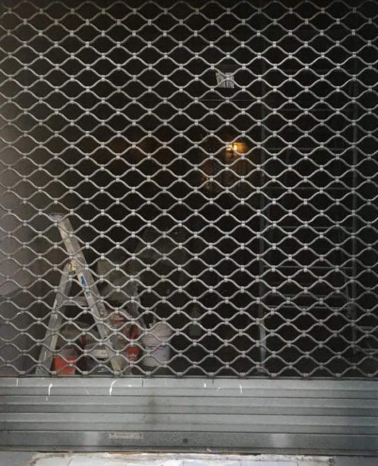 Rideaux métallique pour la protection des commerces par la Miroiterie du Rhône