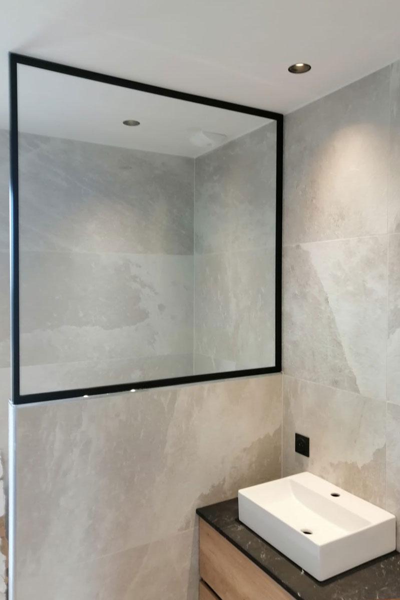 Séparation de douche en verre sur-mesure pour l'agencement d'une salle de bain par la Miroiterie du Rhône