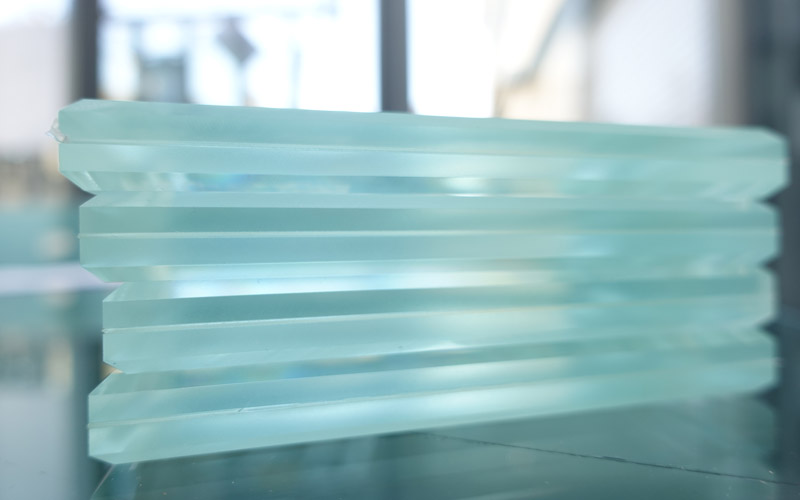 Détail du verre feuilleté, un produit à retrouver à la Miroiterie du Rhône