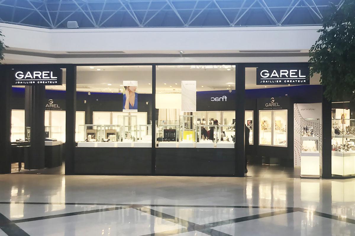 Vitrine de magasin en verre dans un centre commercial par la Miroiterie du Rhône