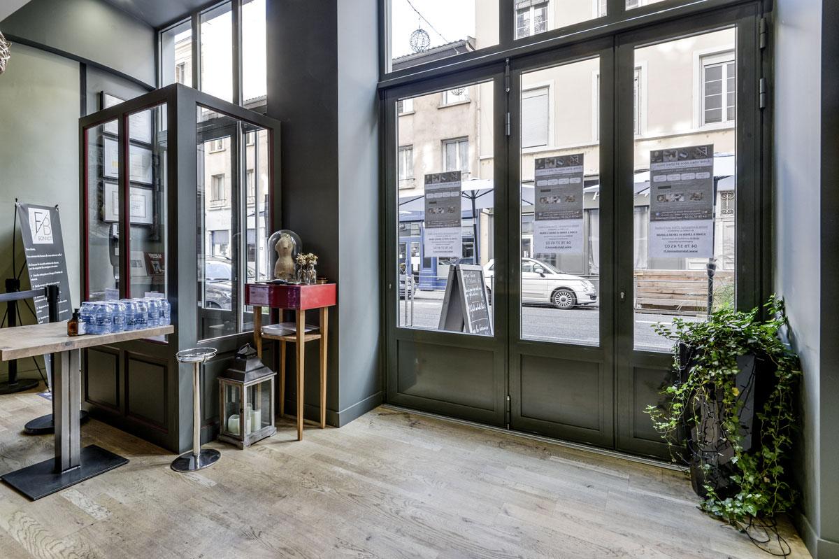 Vitrine véranda en menuiserie aluminium pour un restaurant par la Miroiterie du Rhône