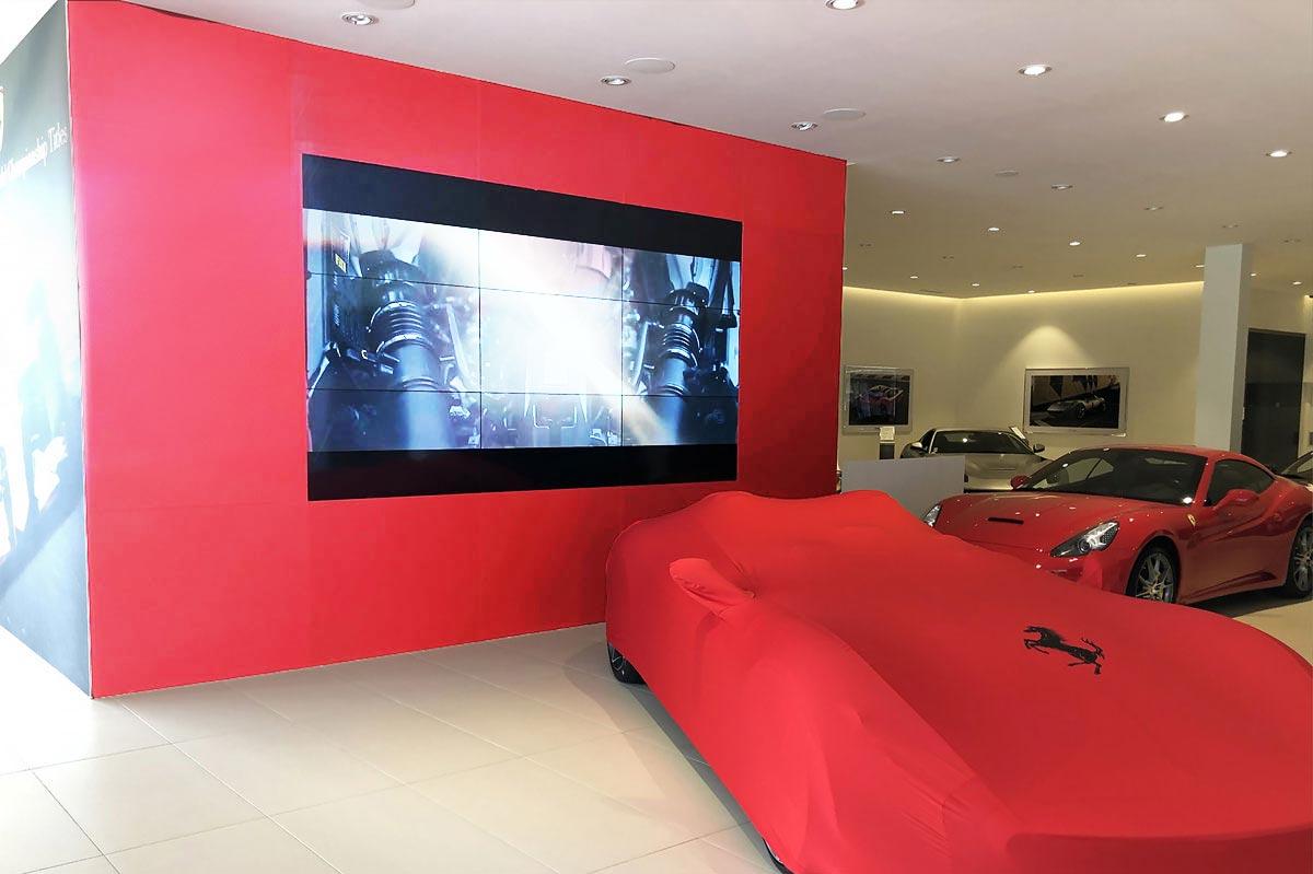 Habillage mural en verre laqué mat rouge dans un showroom Ferrari par la Miroiterie du Rhône